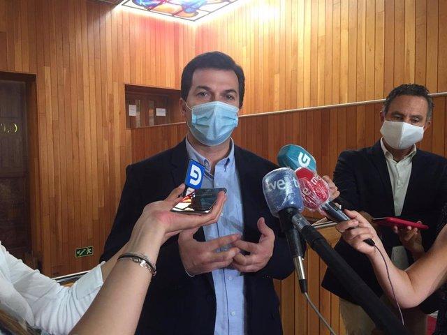 O secretario xeral do PSdeG, Gonzalo Caballero, en declaracións aos medios nos corredores da Cámara.