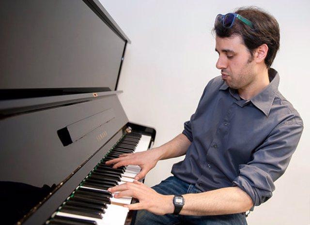 Pla mitjà d'Àlex Cassanyes al piano. (Horitzontal)