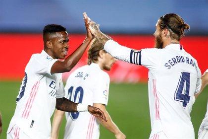 Vinicius y Courtois salvan una noche plana del Real Madrid