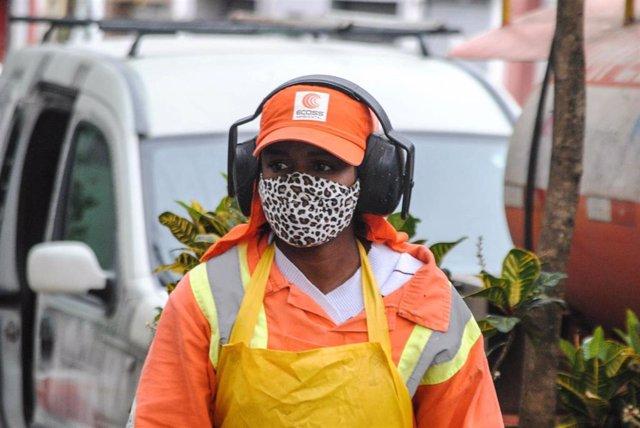 Una trabajadora de los servicios de limpieza de la ciudad de Sao Paulo.