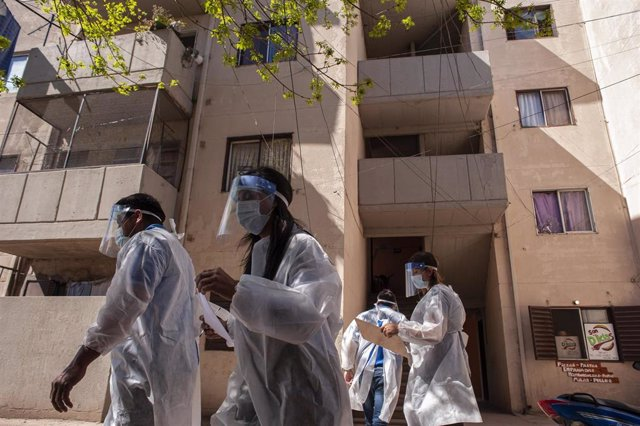 Un grupo de voluntarios del sistema de Salud de Santa Fe, Argentina, durante las tareas de detección de nuevos casos de coronavirus yendo casa por casa.