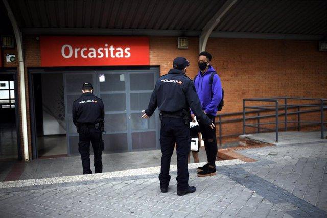 Agentes de la Policía Nacional realizan un control de movilidad en la estación de tren cercanías de Orcasitas, en el distrito de Usera, en Madrid (España), a 29 de septiembre de 2020.
