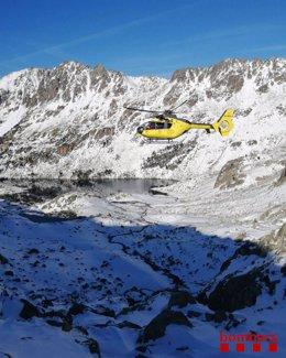 Un helicòpter dels Bombers de la Generalitat que participa en la cerca de la parella desapareguda al Parc Nacional d'Aigüestortes, el 29 de setembre del 2020. (Horitzontal)