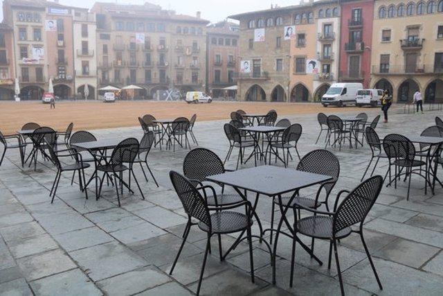 Pla general de la plaça de Vic amb una terrassa buida de clients l'1 d'octubre del 2020. (horitzontal)