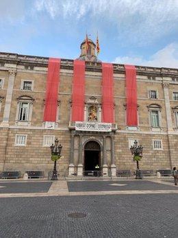 Façana de la Generalitat amb motiu del tercer aniversari de l'1-O.