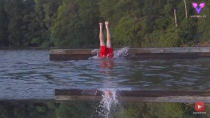El vídeo viral de un hombre lanzándose de cabeza al agua y apareciendo del revés es sorprendente, pero tiene truco