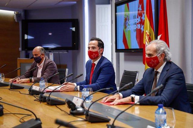 El vicepresidente, consejero de Deportes, Transparencia y portavoz de la Comunidad de Madrid, Ignacio Aguado (2d); y el consejero de Sanidad, Enrique Ruiz Escudero.