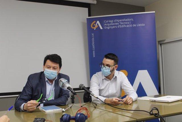 Pla mitjà del vicepresident d'Aparelladors Lleida, Josep Torres, i del vocal i responsable de comunicació de l'enitat, Frederic Lorente, l'1 d'octubre del 2020. (Horitzontal)