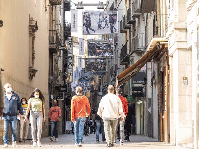 Pla general del carrer Major de Lleida, amb algunes de les fotografies de gran format sobre els fets l'1-O a la ciutat, l'1 d'octubre del 2020. (Horitzontal)