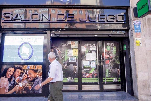 Un anciano pasa por un salón de juegos de Codere, en Madrid (España), a 9 de septiembre de 2020.