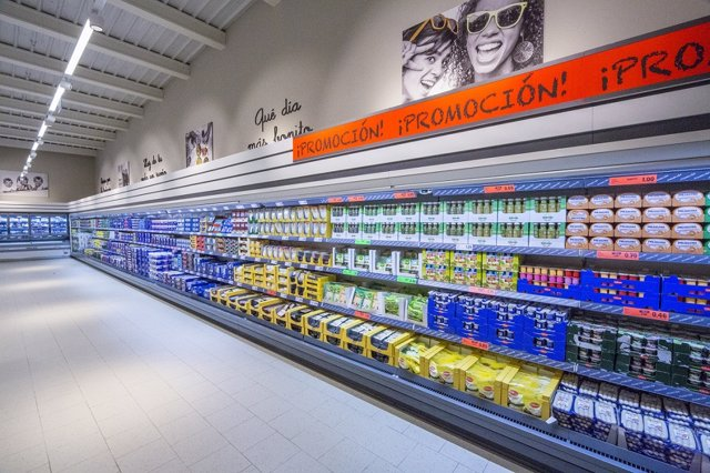 Productos de nevera en un supermercado Lidl