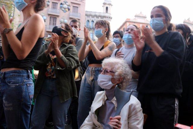 Una persona gran participa envoltada de joves en la protesta a La Rambla de Barcelona contra un desallotjament, l'1 d'octubre del 2020. (Horitzontal)