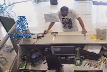 Un hombre aprovecha la mascarilla para hacerse pasar por su padre y sacar más de 8.000 euros del banco