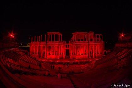 El Teatro Romano de Mérida se ilumina de rojo en apoyo al sector de espectáculos y eventos