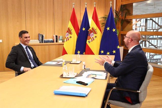 (I-D) El presidente del Gobierno, Pedro Sánchez; y el presidente del Consejo Europeo, Charles Michel, mantienen una reunión durante el viaje de Sánchez a Bruselas para participar en el Consejo Europeo, en Bruselas (Bélgica) a 1 de octubre de 2020.