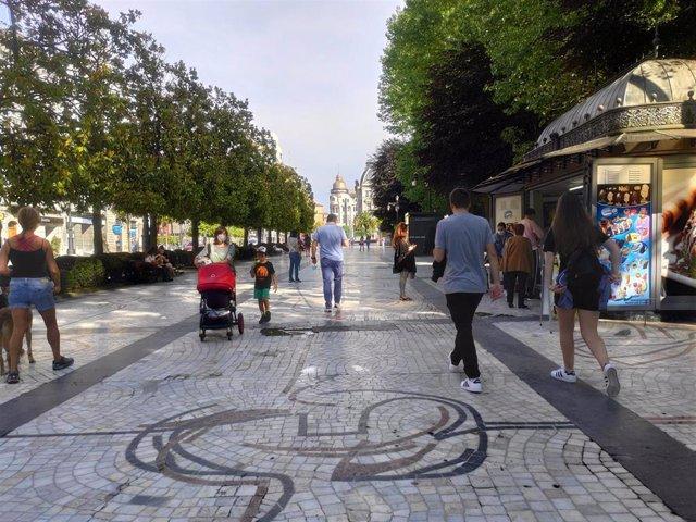 Gente paseando por el Campo San Francisco de Oviedo durante la Fase 2 de la desescalada por el coronavirus.