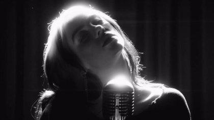 Billie Eilish derrocha elegancia en el videoclip de Sin tiempo para morir, la canción del nuevo James Bond