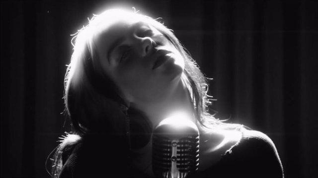 Billie Eilish derrocha elegancia en el vídeoclip de Sin tiempo para morir, la canción del nuevo James Bond