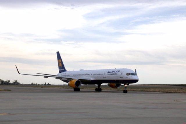 Pla obert d'un avió d'Icelandair aterrant a l'aeroport de Lleida-Alguaire. Imatge de l'1 d'octubre de 2020. (Horitzontal)