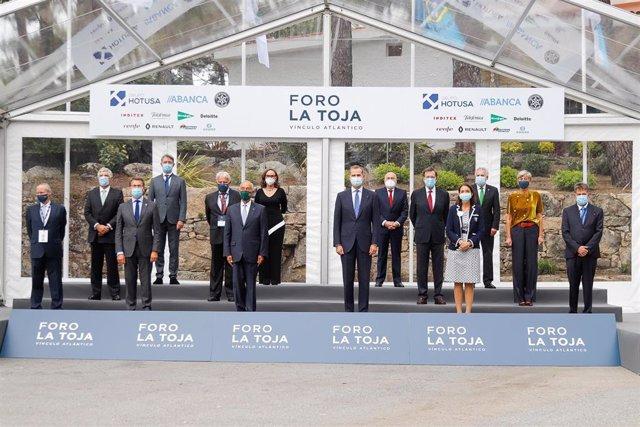El Rey Felipe VI; el presidente de Portugal, Marcelo Rebelo de Sousa; la ministra Reyes Maroto ; el presidente de Galicia, Alberto Núñez Feijóo ; y los expresidentes González y Rajoy, entre otras autoridades, durante la inauguración del II Foro La Toja.