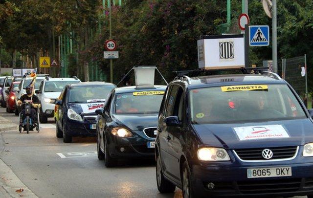 Imatge de la caravana de vehicles aquest 1 d'octubre de 2020 a Cornellà de Llobregat. (Horitzontal)