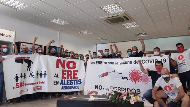 Imagen del encierro este martes de los delegados de los comités de empresas de Alestis San Pablo, Aerópolis y servicios centrales, en estas últimas dependencias.