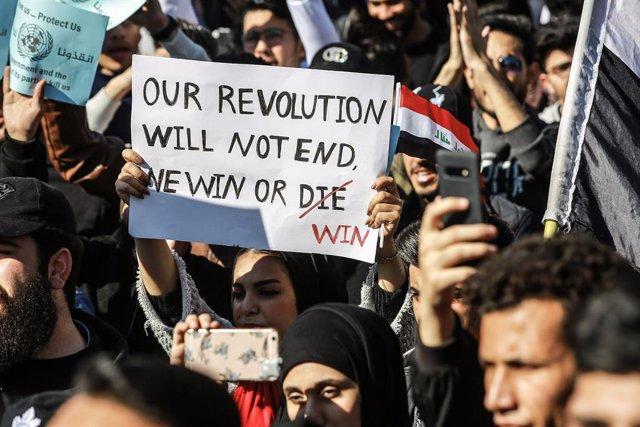 Irak.- Miles de personas se manifiestan en Irak en el aniversario de las moviliz