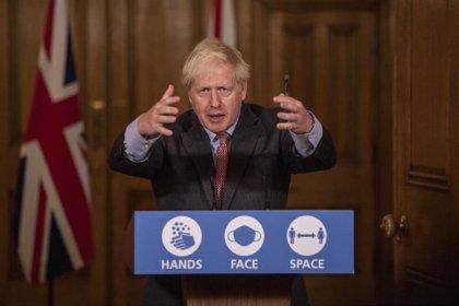 Johnson aboga por tramitar solicitudes de asilo de migrantes a bordo de buques frente a las costas británicas