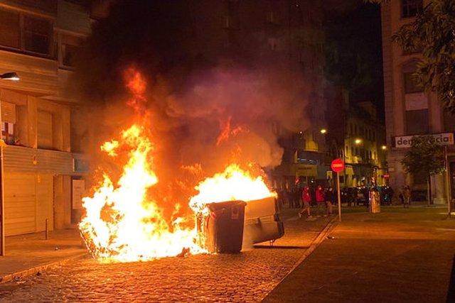 La barricada amb contenidors al carrer Sèquia a tocar de la plaça 1 d'Octubre de Girona aquest 1 d'octubre del 2020. (Horitzontal)