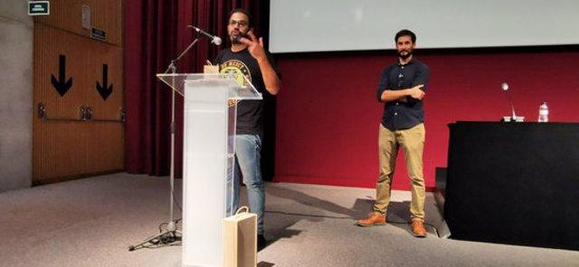 El president de Cineclub Vic i director del Festival Nits de Cinema Oriental de Vic rep el guardo Josep Maria Nunes de la Federació Catalana de Cineclubs l'1 d'octubre del 2020. Barcelona. Pla general. (Horitzontal)