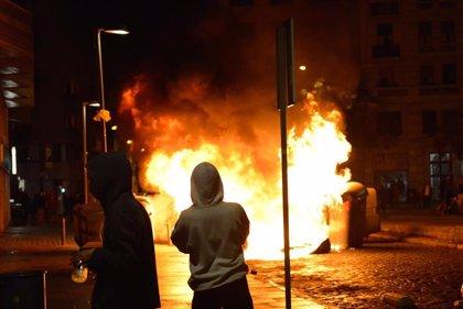 Unos 300 CDR queman contenedores en Girona en una protesta por el tercer aniversario del 1-O