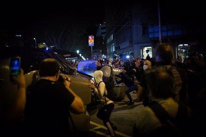 Los CDR queman contenedores y los Mossos cargan en plaza Catalunya de Barcelona