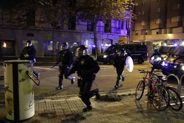 La Brimo dels Mossos d'Esquadra intervenint per dispersar la manifestació de Girona, l'1 d'octubre del 2020 (horitzontal)