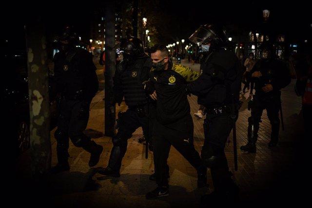 Un detenido durante la protesta de los CDR en Barcelona en el tercer aniversario del 1-O, en Barcelona. Catalunya (España) el 1 de octubre de 2020.