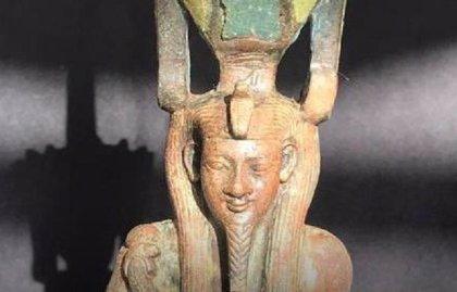 Hallada una estatua de bronce con incrustaciones de piedras preciosas de un dios egipcio en el sur de El Cairo