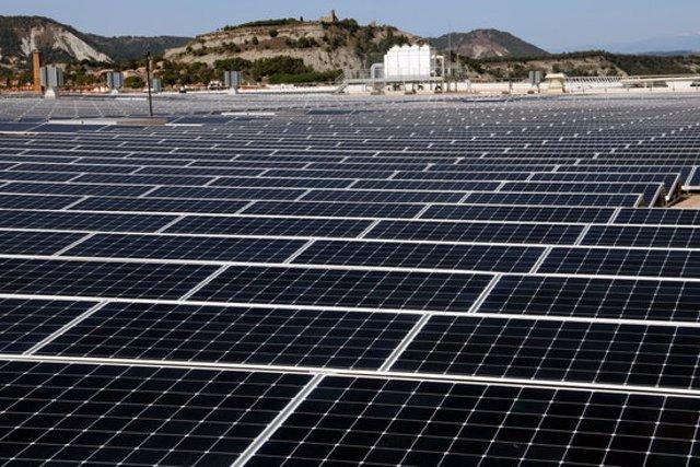 Detall d'una instal·lació de plaques solars a la coberta del magatzem logístic de Bon Preu a Hostalets de Balenyà. Imatge publicada el 2 d'octubre de 2020. (Horitzontal)