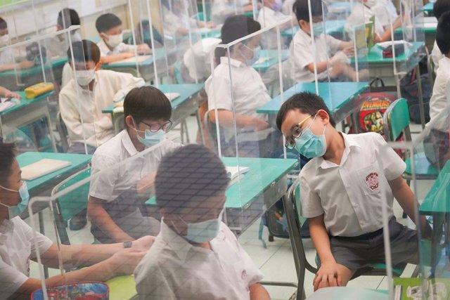 Jóvenes estudiantes de una escuela de educación primaria de Hong Kong.