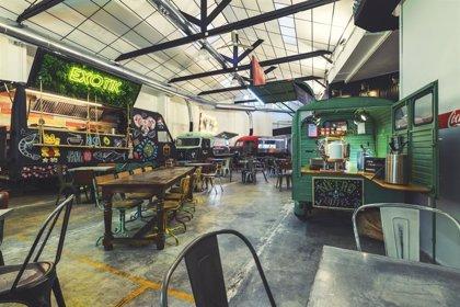 Abre en Valencia 'El Garaje', un taller de los 60 reconvertido en mercado de foodtrucks con pedidos por Whatsapp