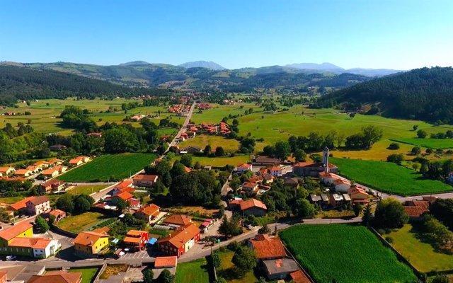 Hazas de Cesto, Cantabria. Núcleo población, pueblo, localidad, municipio. Area rural. Paisaje cántabro. Casas. Viviendas.