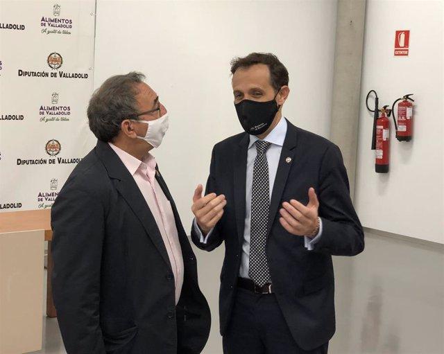 El presidente de la Diputación, Conrado Íscar, conversa con el alcalde de Villalar, Luis Alonso Laguna, antes del comienzo de la jornada.