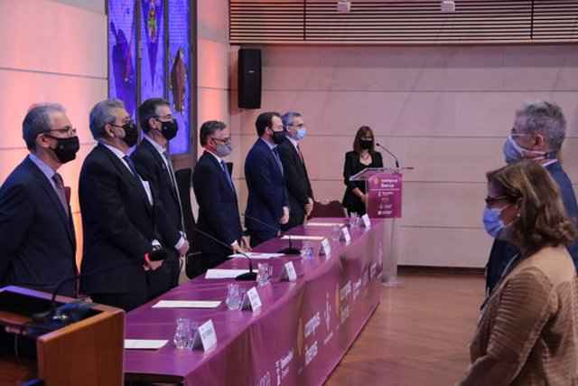 Imatge del minut de silenci en record als dos exestudiants de Medicina de la UdL morts a Aigüestortes, durant la  inauguració de curs 2020-2021 a la UdL, amb la presència del conseller Ramon Tremosa, el 2 d'octubre del 2020. (Horitzontal)