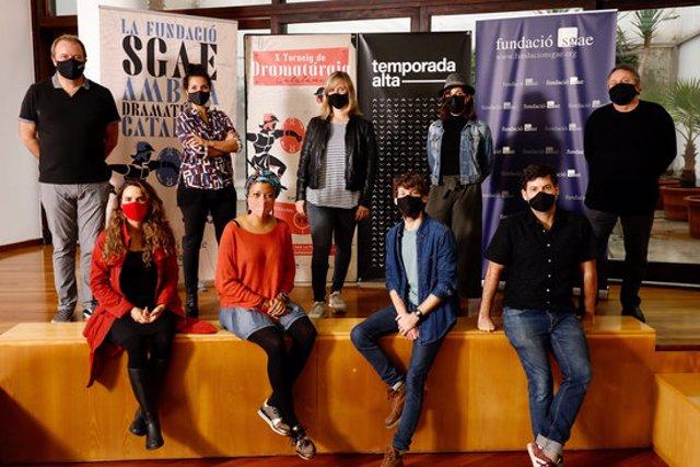 Pla general dels autors que participaran en el X Torneig de Dramatúrgia Catalana conjuntament amb els organitzadors de la competició literària el 2 d'octubre de 2020 (Horitzontal)