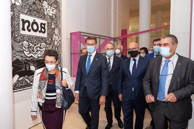 El presidente de la Xunta, Alberto Núñez Feijóo, y otras autoridades visitan la exposición 'Galicia, de Nós a nós' en el Museo Centro Gaiás de la Cidade da Cultura.