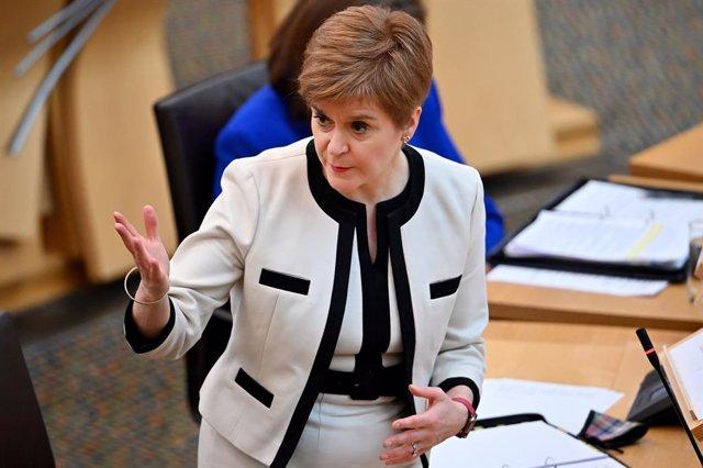 R.Unido.- Sturgeon pide a una diputada que dimita por ir al Parlamento tras un t