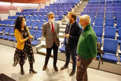 Zuloaga anuncia nuevas inversiones en el auditorio Bajo Deva de Unquera