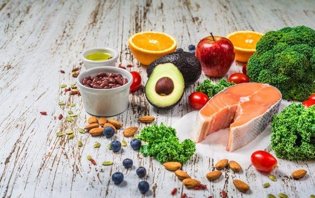 Salmón, aguacate, frutas, naranjas, verduras
