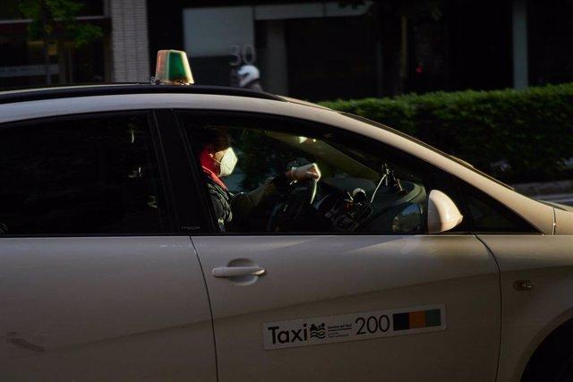 Un taxista con mascarilla conduce su taxi un día después de que el Gobierno anunciara las medidas de desescalada por la pandemia del coronavirus, en Pamplona (Navarra) a 29 de abril de 2020.
