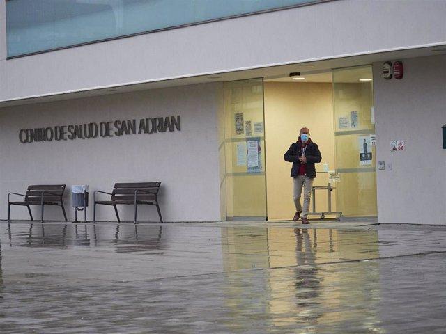 Un hombre sale por la puerta del Centro de Salud del municipio de San Adrián, en Navarra (España), a 2 de octubre de 2020.