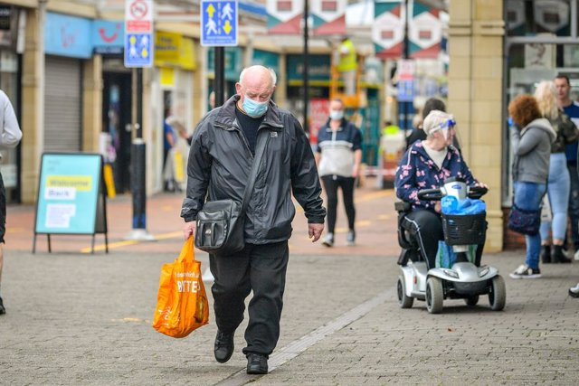 Coronavirus.- Reino Unido logra mantener bajo 7.000 la cifra de casos diarios de