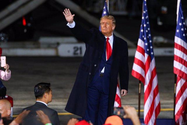 """EEUU.- Hospitalizan a Trump como medida de """"precaución"""" tras dar positivo por CO"""
